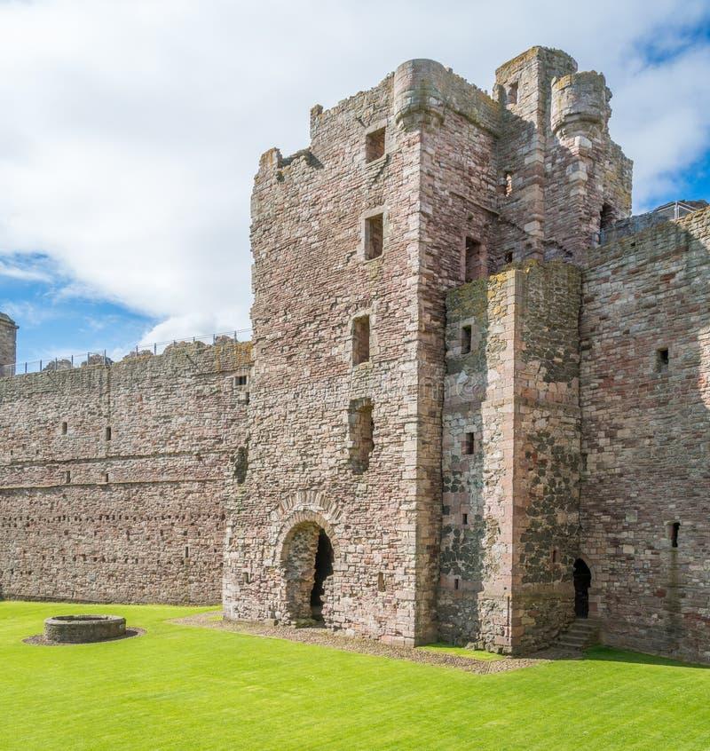 Castillo de Tantallon, fortaleza semi-arruinada de los mediados del siglo XIV, situada 5 kilómetros al este de Berwick del norte, fotografía de archivo libre de regalías