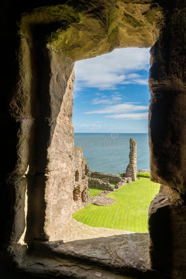 Castillo de Tantallon, fortaleza semi-arruinada de los mediados del siglo XIV, situada 5 kilómetros al este de Berwick del norte, foto de archivo