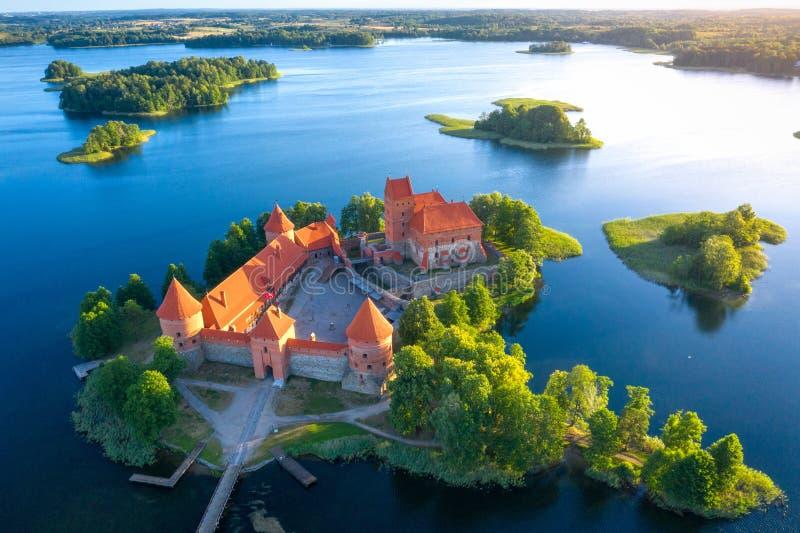 Castillo de Trakai en la opinión aérea de Lituania Castillo viejo con las torres en la isla en el lago Opinión del abejón que sor fotografía de archivo