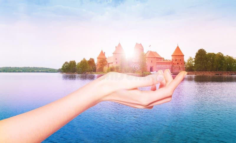 Castillo de Trakai en la palma femenina, Lituania, Europa fotografía de archivo