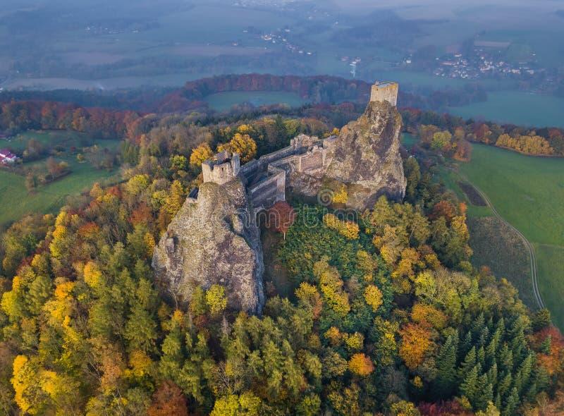 Castillo de Trosky en el paraíso de Bohemia - República Checa - visión aérea fotografía de archivo