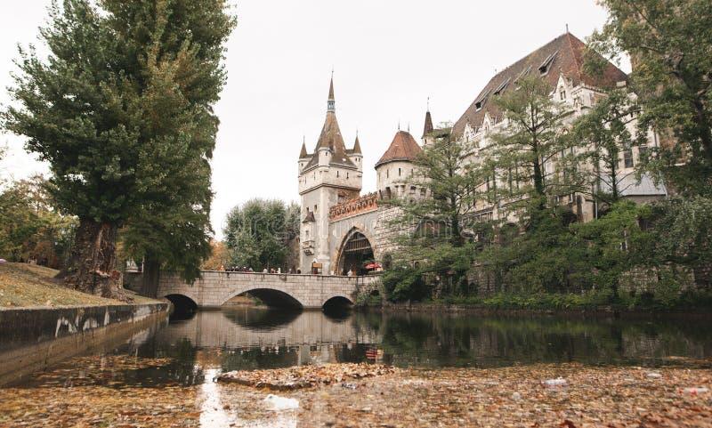 Castillo de Vajdahunyad del paisaje del otoño, también conocido como castillo de Drácula imágenes de archivo libres de regalías
