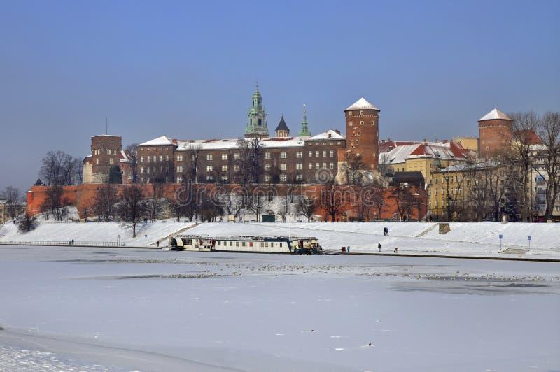 Castillo de Wawel en Kraków y el río de Vistula congelado foto de archivo libre de regalías
