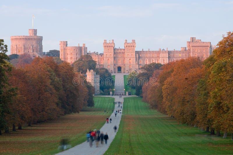 Castillo de Windsor en la puesta del sol en otoño fotos de archivo