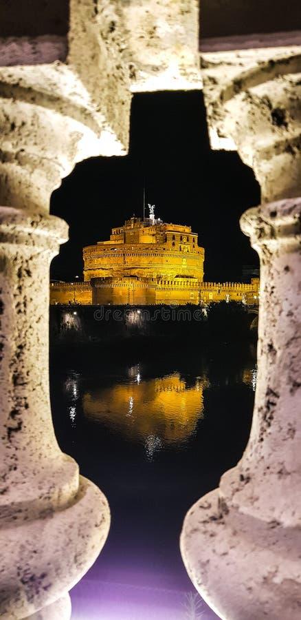Castillo del ángel del santo en Roma el noche imagenes de archivo