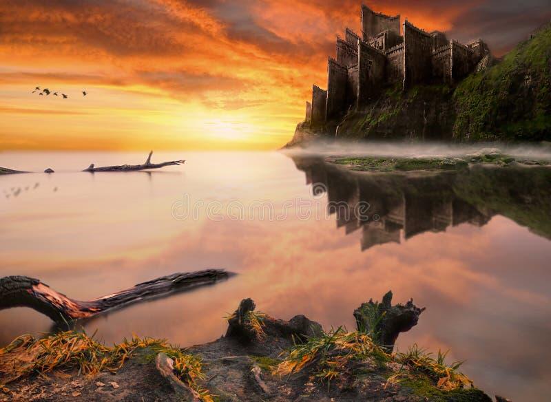 Castillo del cuento de hadas de la fantasía en el acantilado del mar foto de archivo libre de regalías