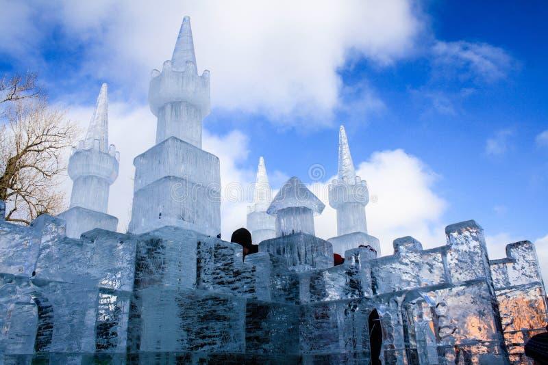 Castillo del hielo debajo del cielo azul fotos de archivo