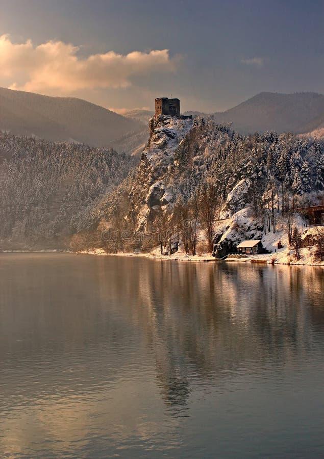 Castillo del invierno del cuento de hadas y su imagen de espejo en la superficie del río, Strecno, Eslovaquia fotos de archivo libres de regalías