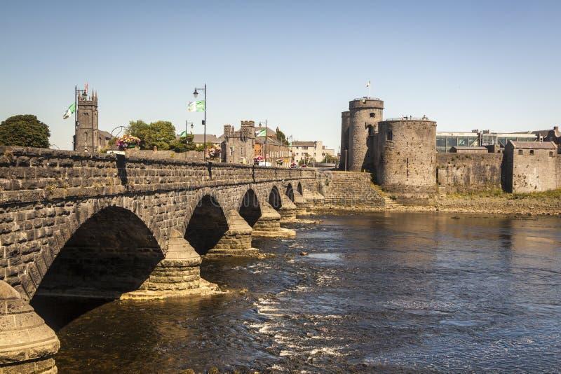 Castillo del ` s de rey John y puente de Thomond, quintilla irlanda fotografía de archivo libre de regalías