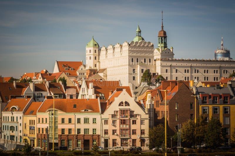 Castillo ducal, Szczecin (Polonia) en el día soleado con los edificios residenciales en ciudad vieja fotografía de archivo