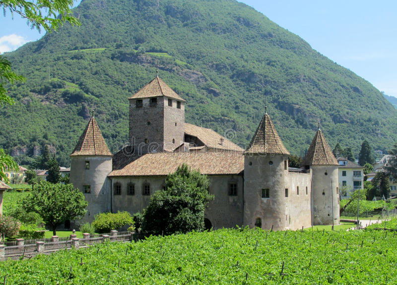 Castillo en Bolzano, Italia imagen de archivo