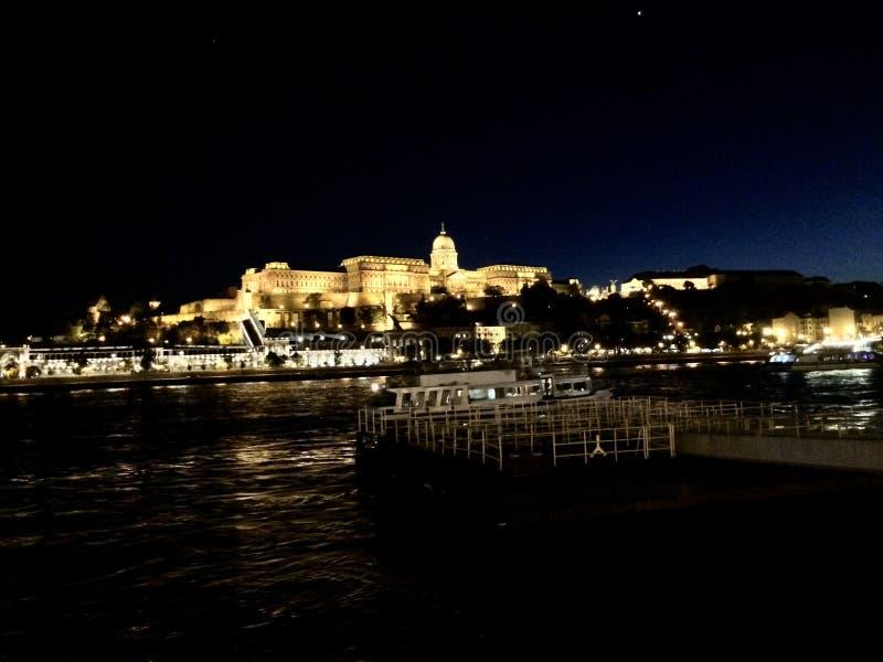 Castillo en Budapest en la noche fotografía de archivo