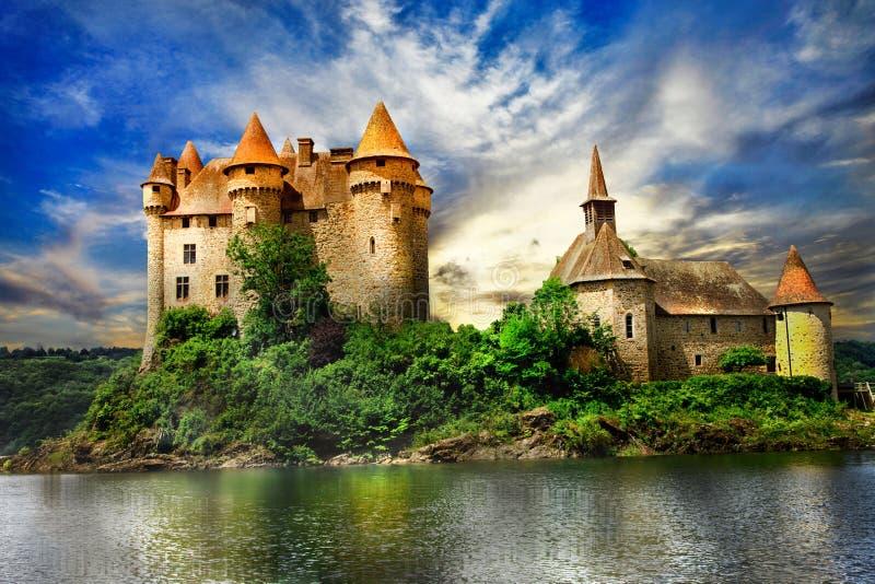 castillo en el lago sobre puesta del sol foto de archivo libre de regalías