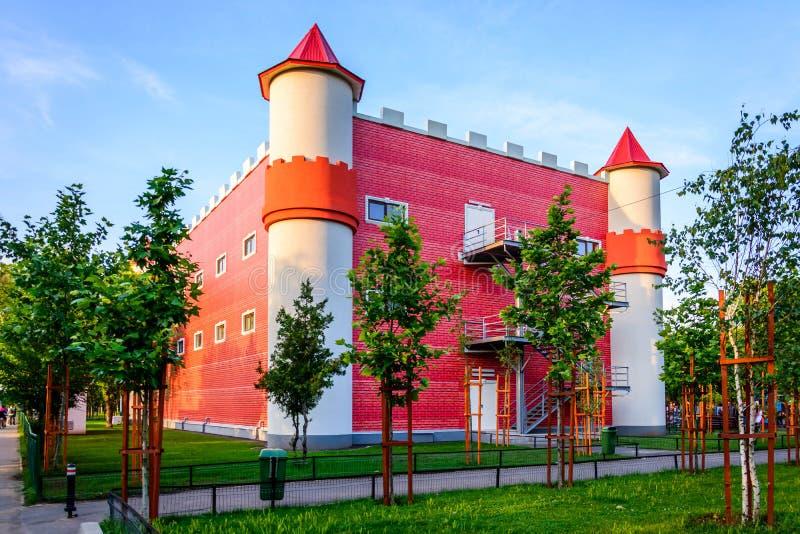 Castillo en el parque de los niños fotos de archivo