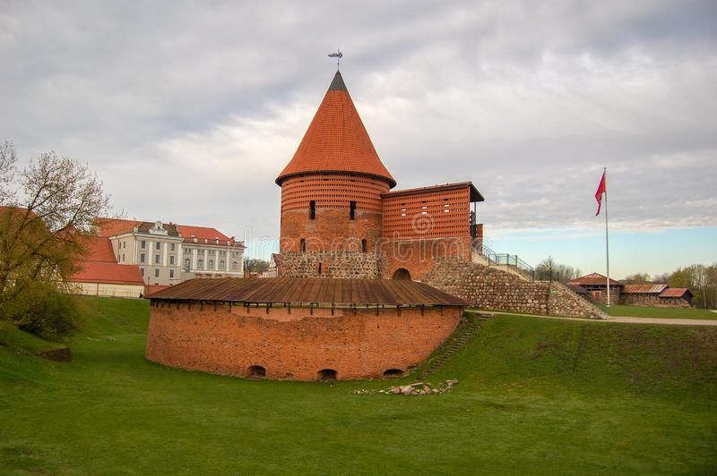 Castillo en Kaunas en la ciudad vieja, Lituania Parte preservada y restaurada del castillo sabido desde 1361 fotos de archivo libres de regalías