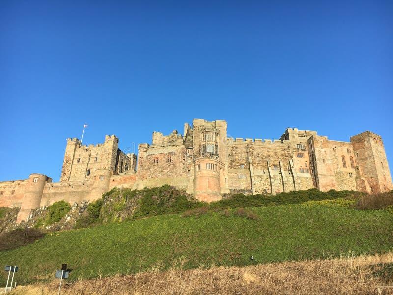 Castillo en la colina Northumberland - Bamburgh imagenes de archivo