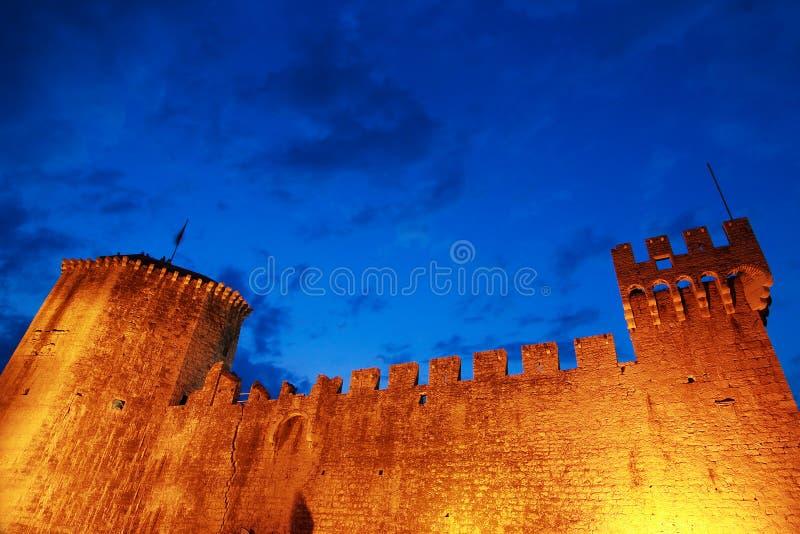 Castillo en la noche en Croatia, Trogir foto de archivo libre de regalías