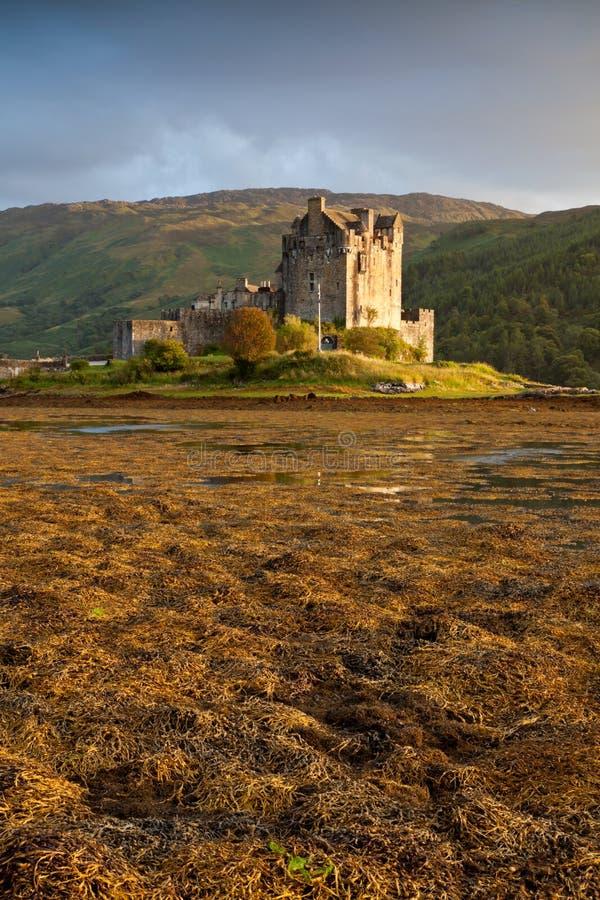 Castillo en la puesta del sol, Escocia, Reino Unido de Eilean Donan foto de archivo