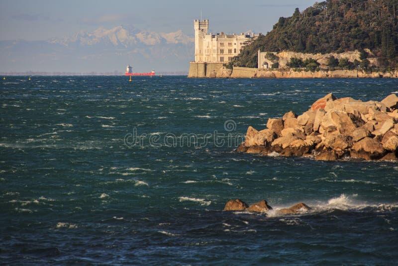 Castillo en la puesta del sol, Trieste de Miramare foto de archivo