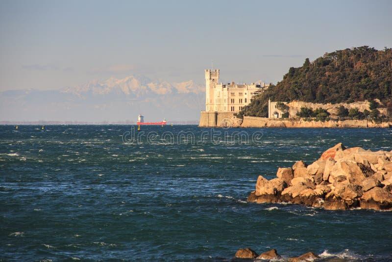 Castillo en la puesta del sol, Trieste de Miramare foto de archivo libre de regalías