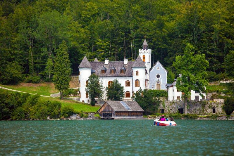Castillo en orilla del lago Hallstatt fotografía de archivo