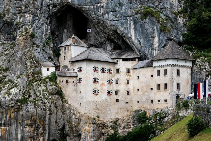 Castillo en roca en Eslovenia fotos de archivo