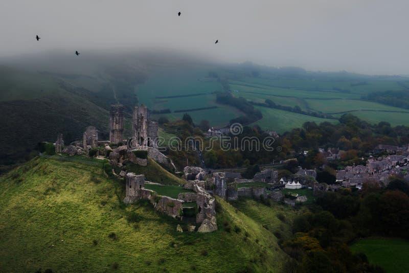 Castillo en ruinas desde arriba con el tiempo nebuloso fotos de archivo