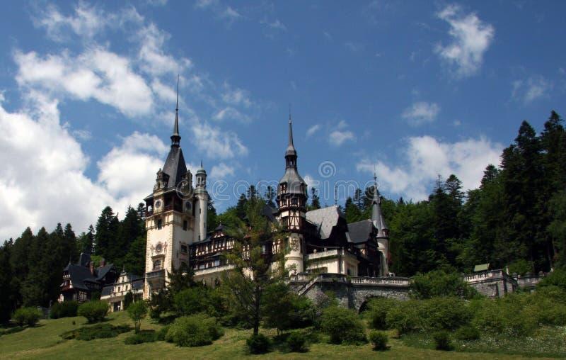 Castillo en Sinaia, Rumania, Europa de Peles del cuento de hadas imágenes de archivo libres de regalías
