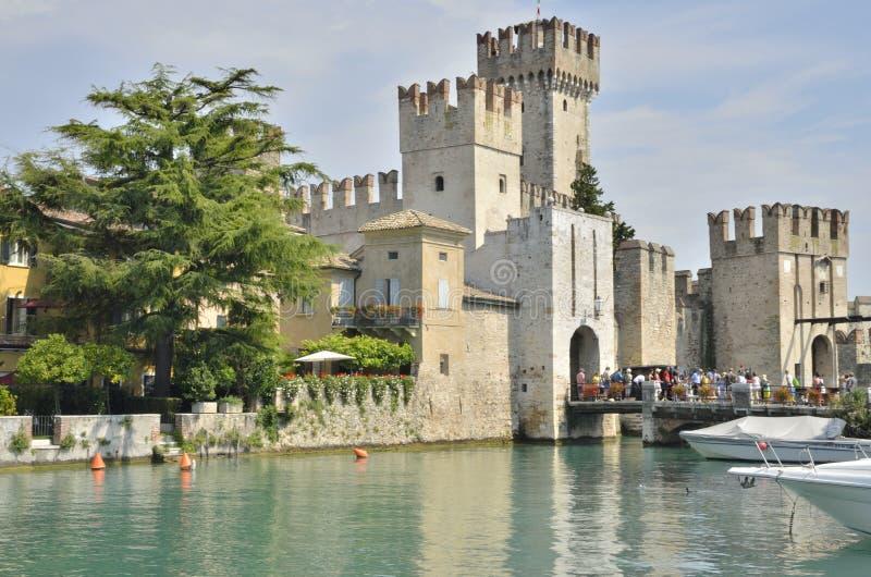 Castillo en un lago foto de archivo libre de regalías