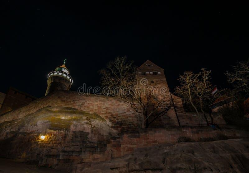 Castillo encendido en la noche imagen de archivo