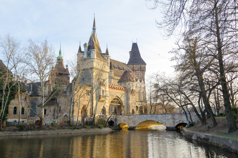 Castillo famoso de Vajdahunyad de la atracción turística, también conocido como el castillo de Dracular foto de archivo libre de regalías