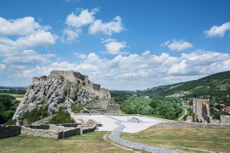 Castillo famoso Devin cerca de Bratislava imágenes de archivo libres de regalías