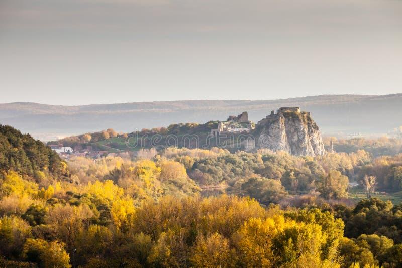Castillo famoso Devin cerca de Bratislava, Eslovaquia imagenes de archivo