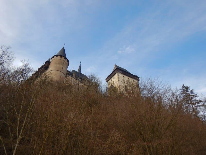 Castillo famoso en una colina en República Checa imagenes de archivo