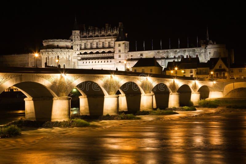 Castillo francés de Amboise y puente viejo en la noche fotos de archivo