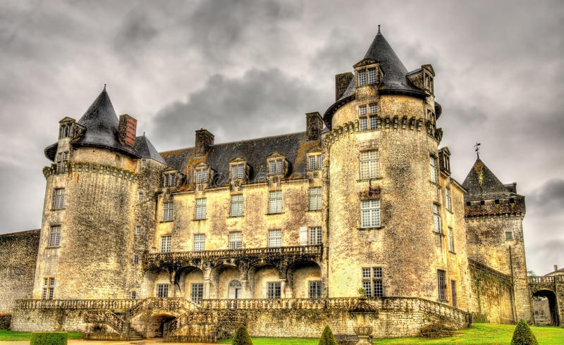Castillo francés de La Roche Courbon en Charente-marítimo imagen de archivo