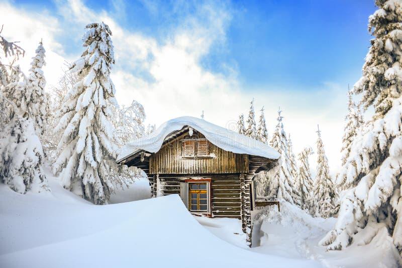 Castillo francés en las montañas del invierno, una choza en la nieve Paisaje de la montaña del invierno Karkonosze, Polonia imágenes de archivo libres de regalías
