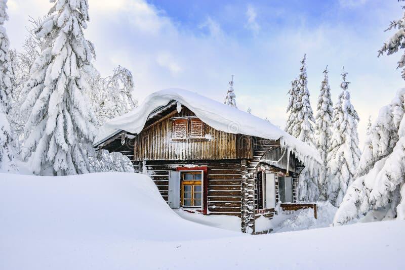 Castillo francés en las montañas del invierno, una choza en la nieve Paisaje de la montaña del invierno Karkonosze, Polonia fotografía de archivo