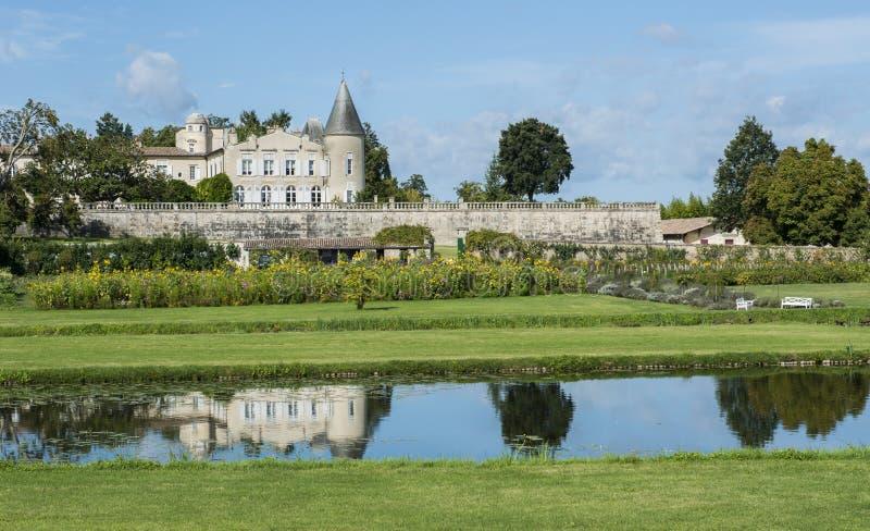 Castillo francés Lafite-Rothschild con el santo-Estephe de la charca imagen de archivo