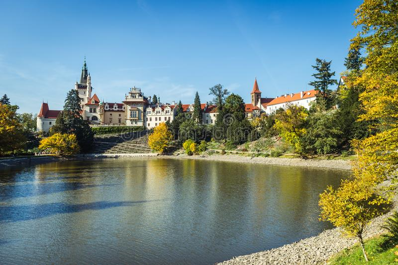 Castillo francés y parque de Pruhonice en República Checa fotos de archivo