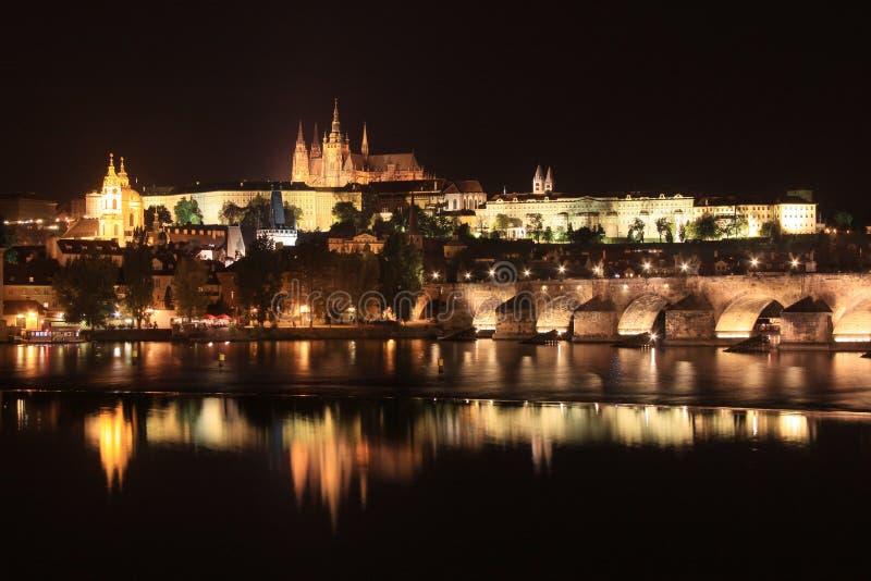 Castillo gótico de Praga de la noche con Charles Bridge fotografía de archivo libre de regalías