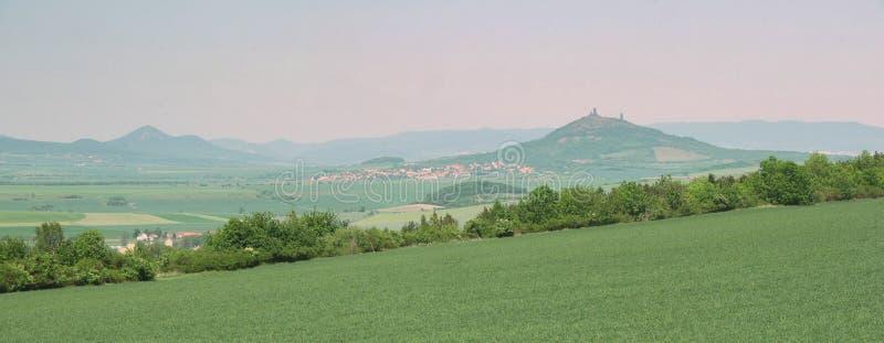 Castillo Hazmburk en el stredohori de Ceske imagenes de archivo
