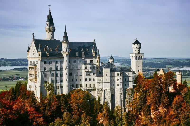 Castillo hermoso Neuschwanstein en día soleado del otoño imagen de archivo libre de regalías