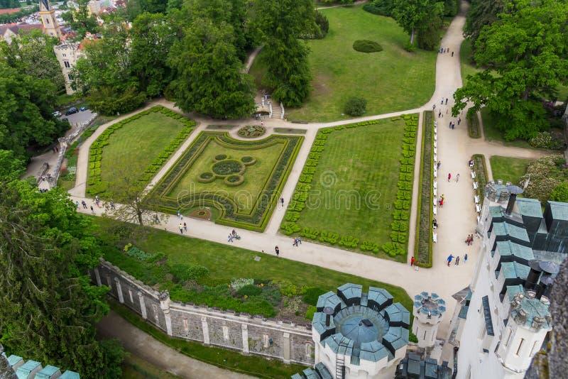Castillo Hluboka nad Vltavou con el jard?n y el pueblo, paisaje checo imagen de archivo libre de regalías
