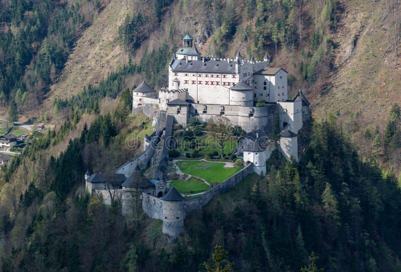 Castillo Hohenwerfen en las montañas austríacas imagenes de archivo