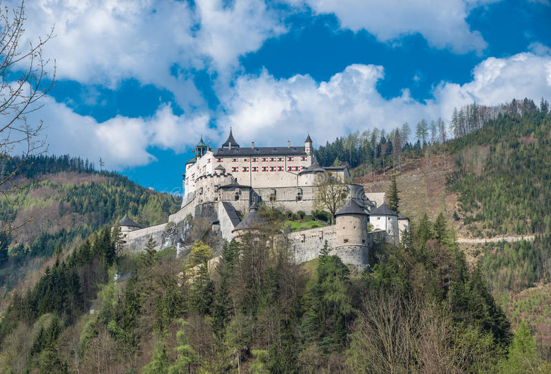 Castillo Hohenwerfen en las montañas austríacas foto de archivo libre de regalías