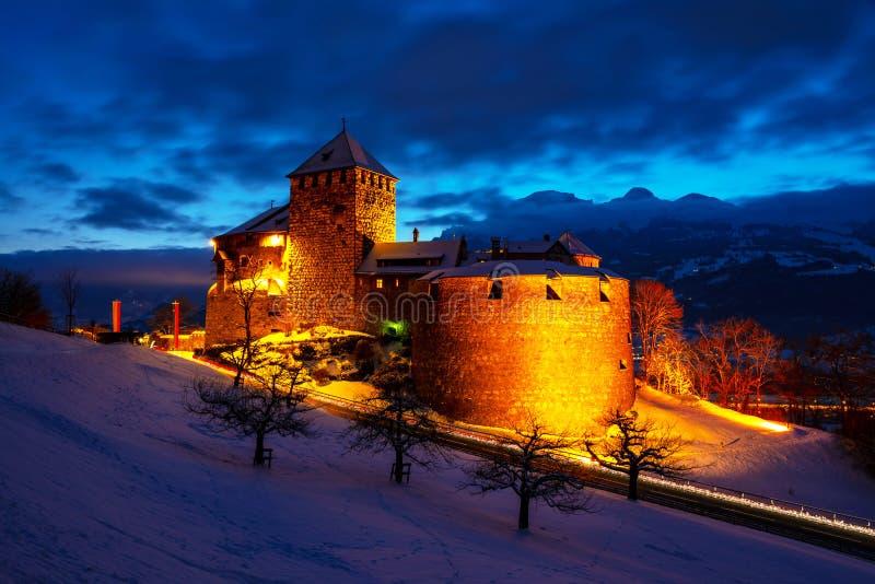 Castillo iluminado de Vaduz, Liechtenstein en la puesta del sol - señal popular en la noche imagen de archivo libre de regalías