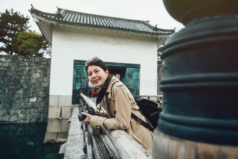 Castillo japonés de visita turístico de excursión femenino del canal del río foto de archivo libre de regalías