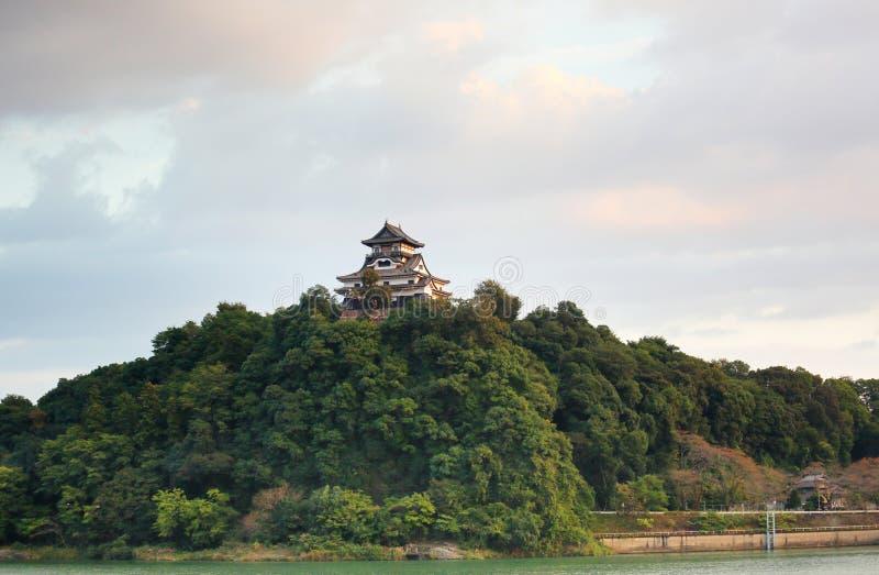 Castillo japonés en una montaña foto de archivo