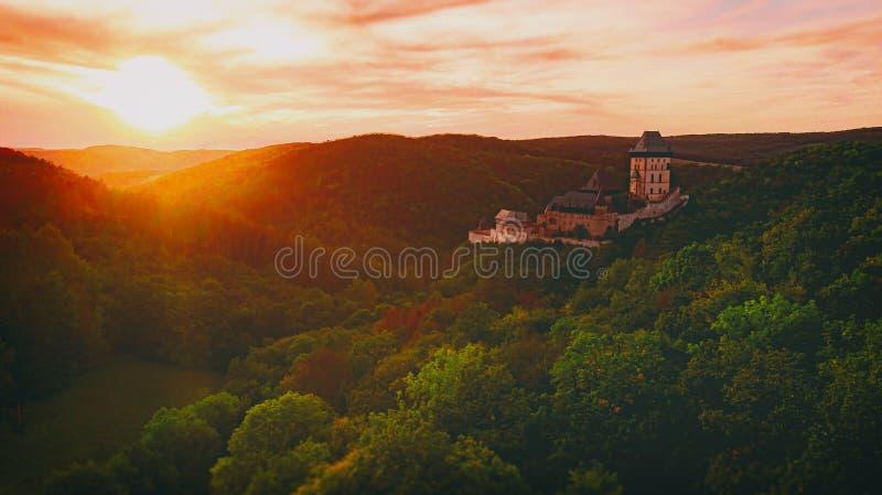 Castillo Karlstejn Al Amanecer imágenes de archivo libres de regalías